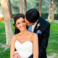 Foto de una novia feliz mientras su marido la besa en su reportaje de fotos de su boda en Jaén