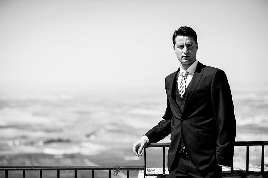 Retrato de un novio preparado para su boda en Jaén