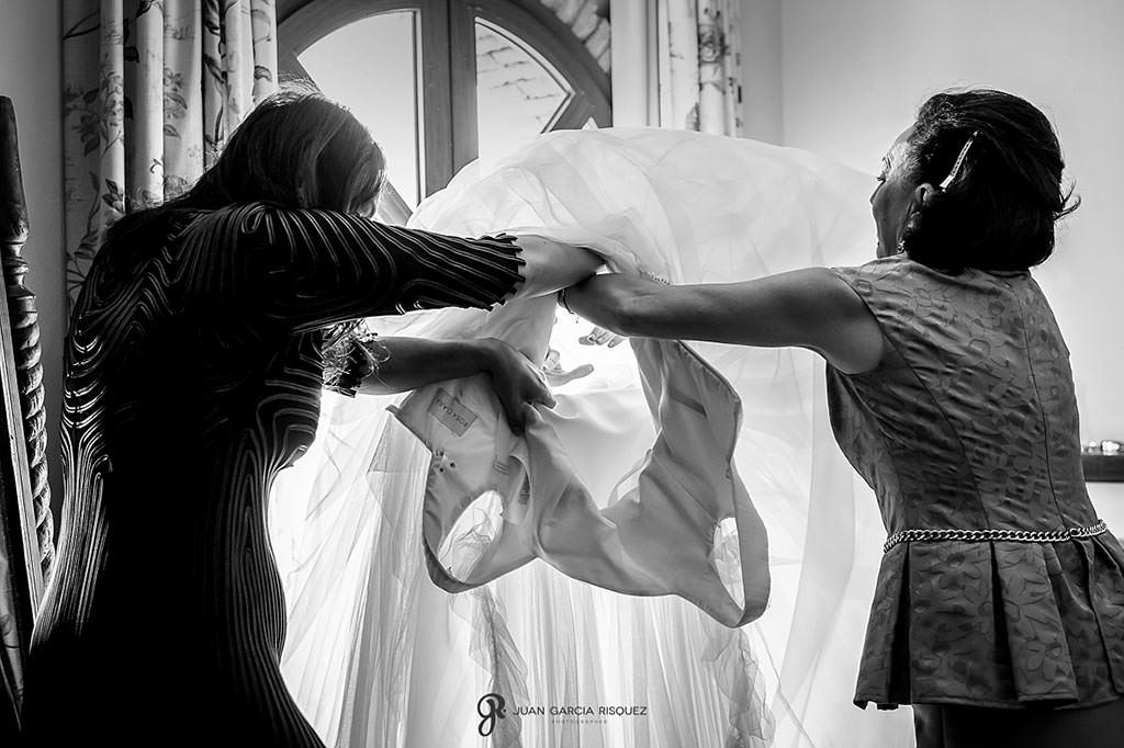 Familiares ayudan a la novia a vestirse
