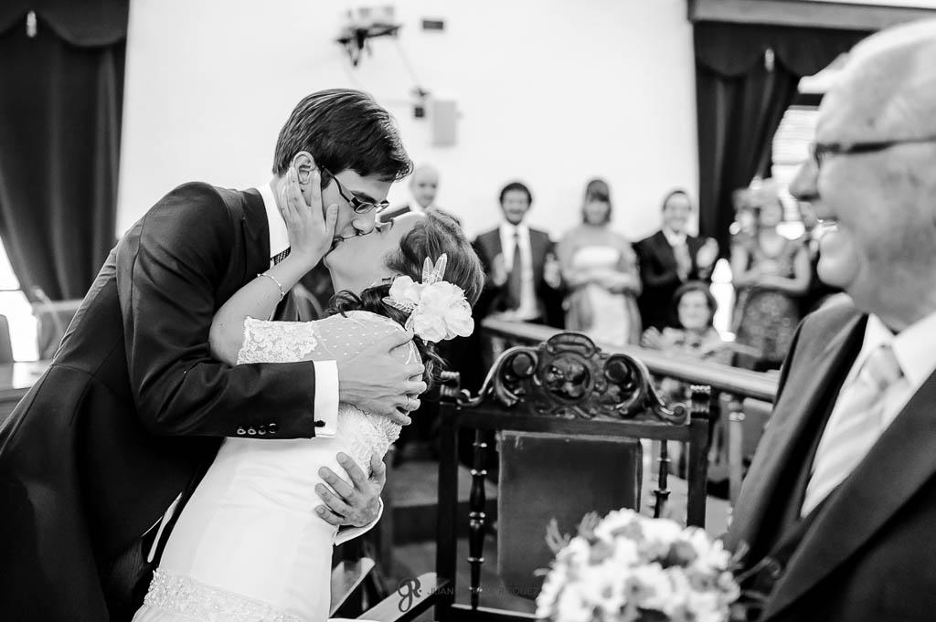 fotos de beso apasionado en ceremonia de boda civil