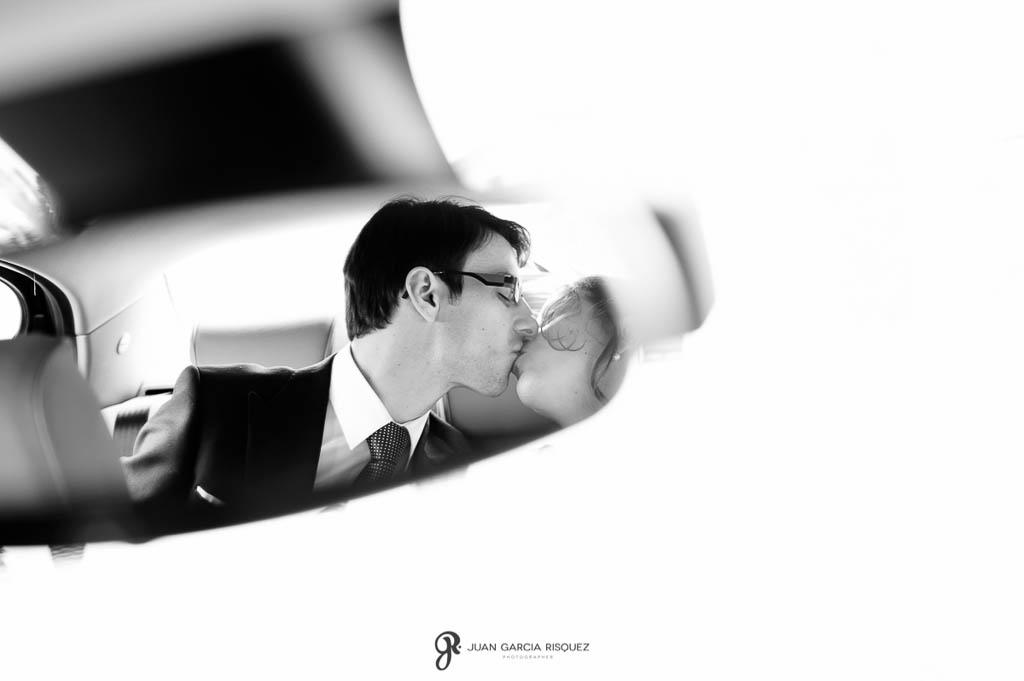 fotos de boda en Palacio de los Medinilla besandose dentro del coche nupcial
