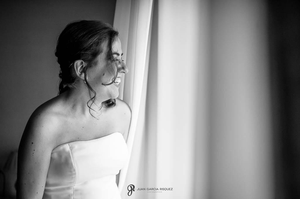 fotos de novia riendosa en boda en Palacio de los Medinilla