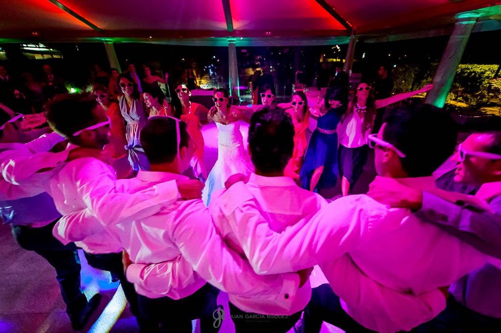 reportaje de boda en Madrid amigos bailando