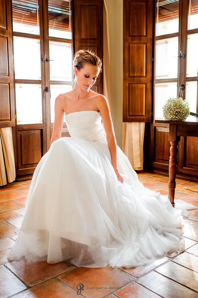reportaje de boda en Finca Casa de Oficios vestido de la novia