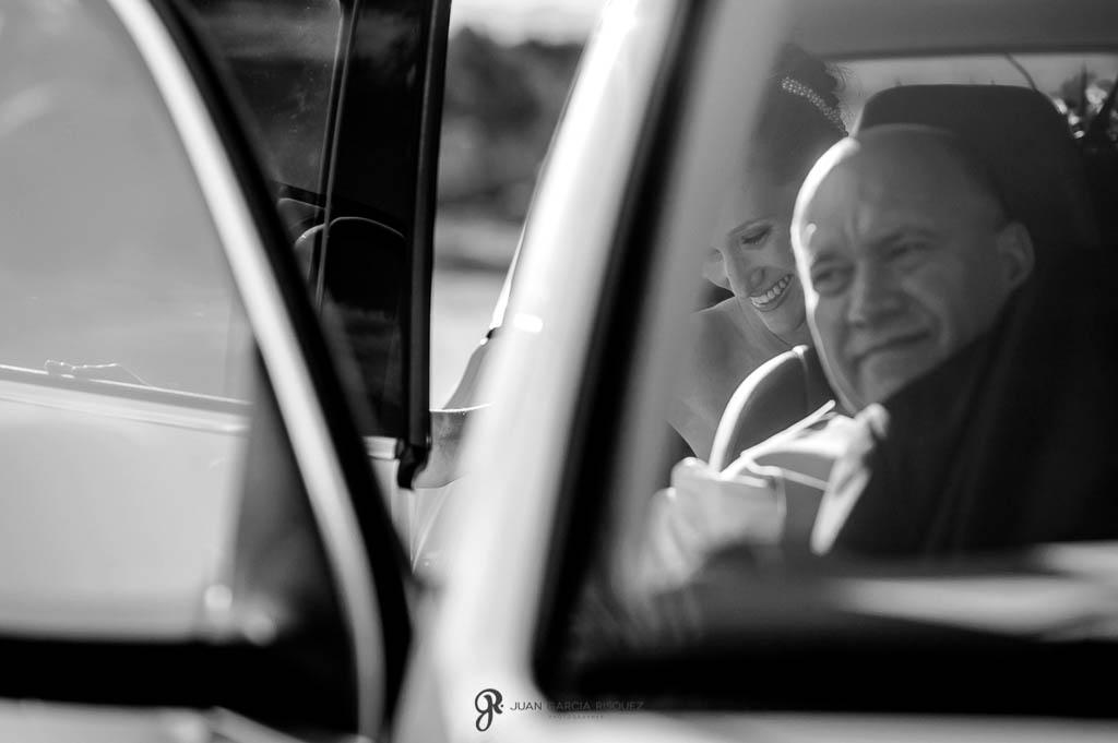 reportaje de boda en Finca Casa de Oficios dentro de coche nupcial