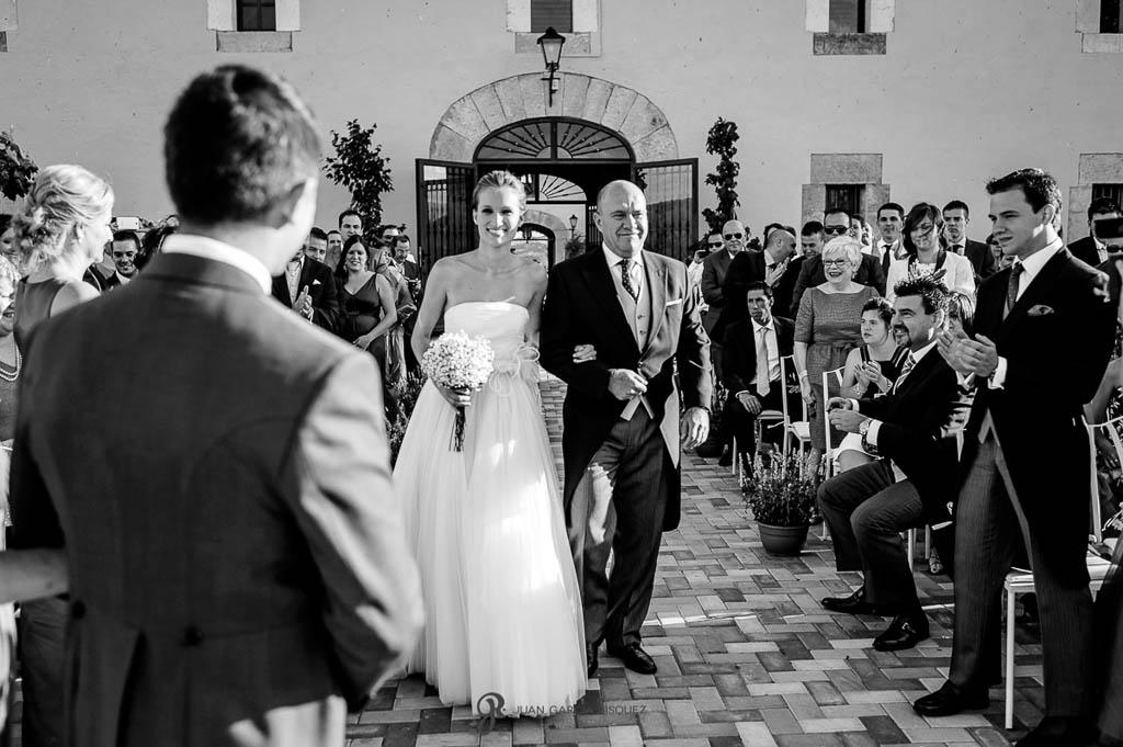 reportaje de boda en Madrid novia llegando con padrino