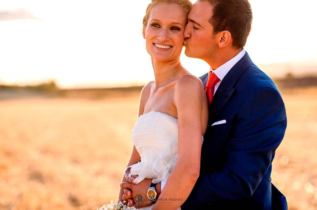 reportaje de boda en Finca Casa de Oficios Madrid besandose