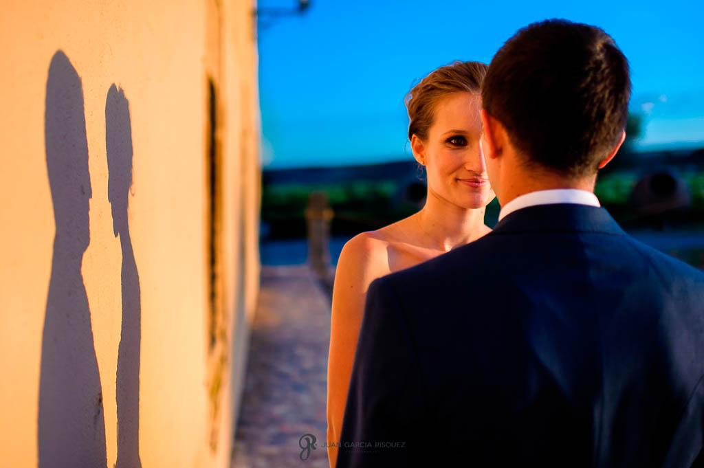 reportaje de boda en Finca Casa de Oficios pareja mirandose