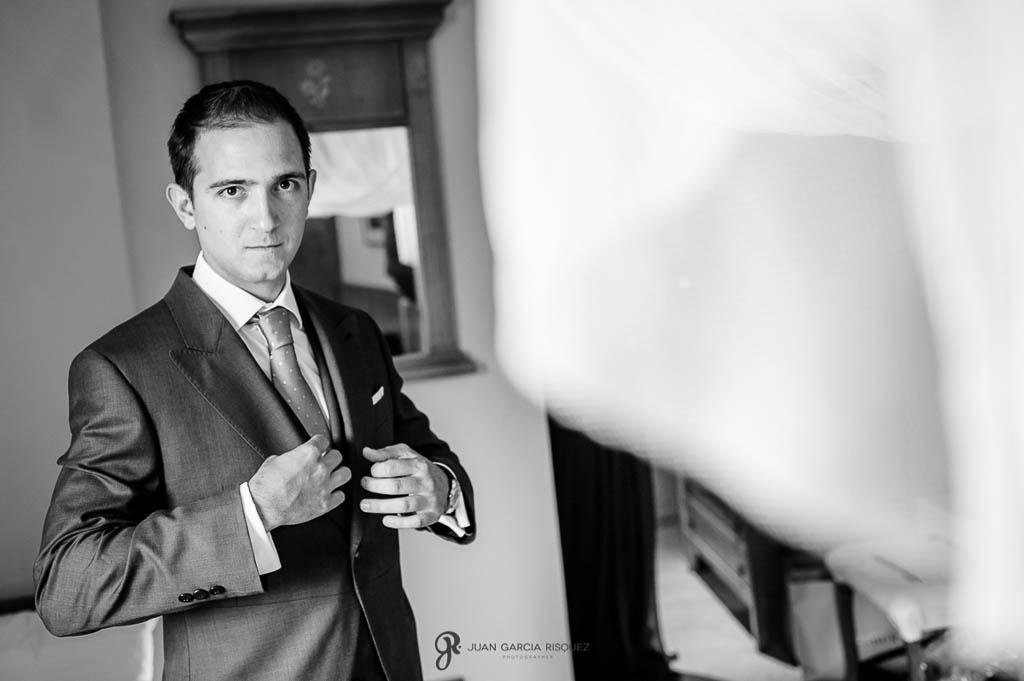 reportaje de boda en Finca Casa de Oficios novio vistiendose