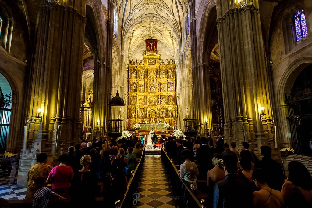 fotos de boda dentro de la iglesia en Sevilla