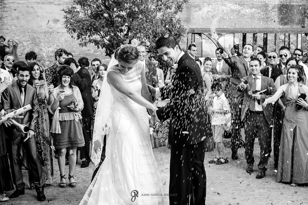fotos de invitados lanzado arroz en boda vintage en Carmona