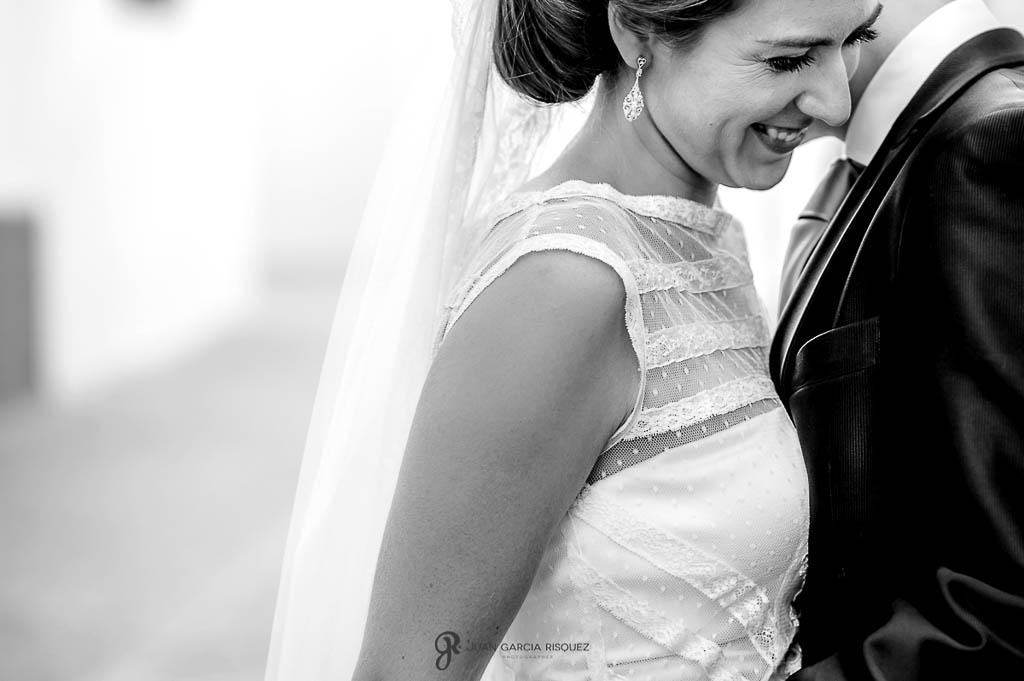 fotos de novia sonriendo en boda vintage en Carmona Sevilla
