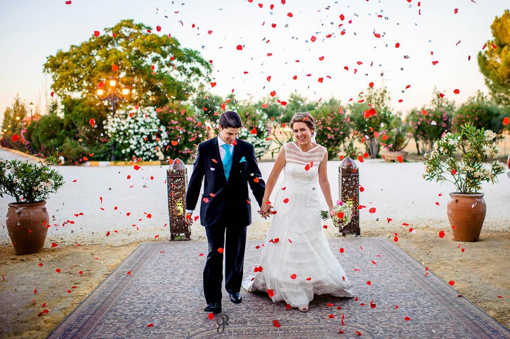 fotos de petalos de rosas de boda vintage en Carmona Sevilla
