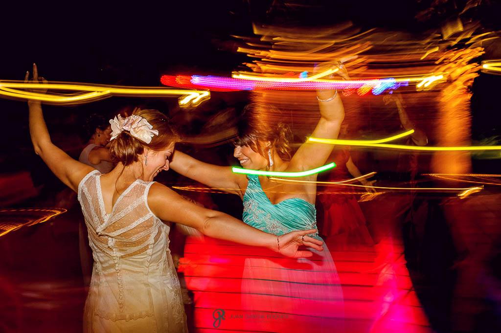 fotos de invitados bailando en boda vintage en Carmona Sevilla