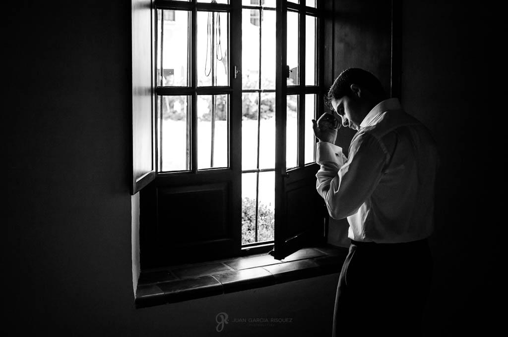 novio poniendose camisa en boda vintage en Carmona Sevilla