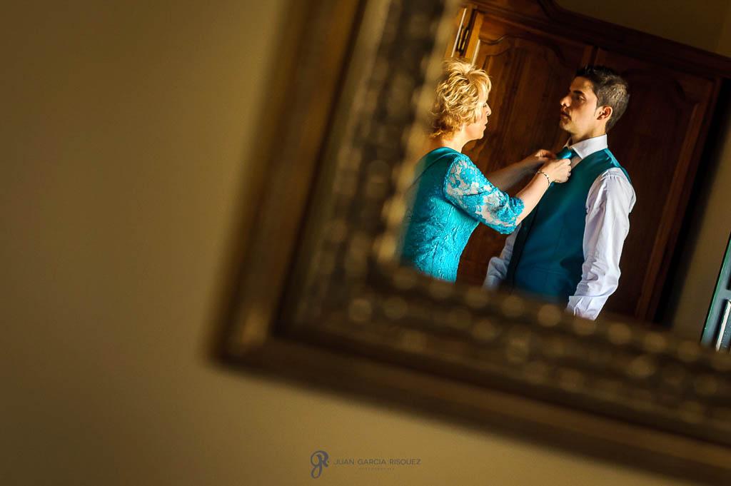 fotos ajustando la corbata del novia de boda en Sevilla