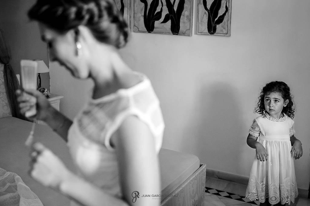 fotos de niña mirado a novia en boda vintage en Carmona Sevilla