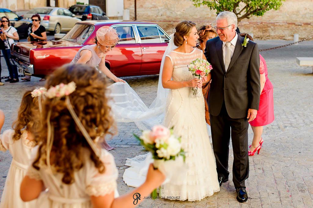 fotos de novia llegando a igleisa en boda vintage en Sevilla