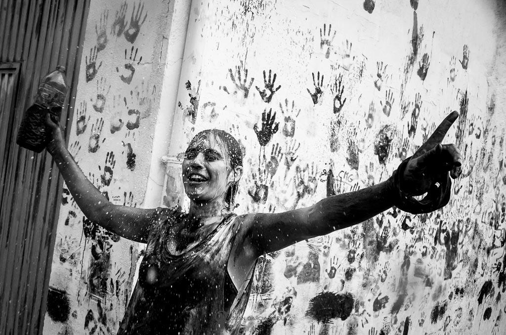 reportaje fotográfico de fiesta de cascamorras cayendo agua