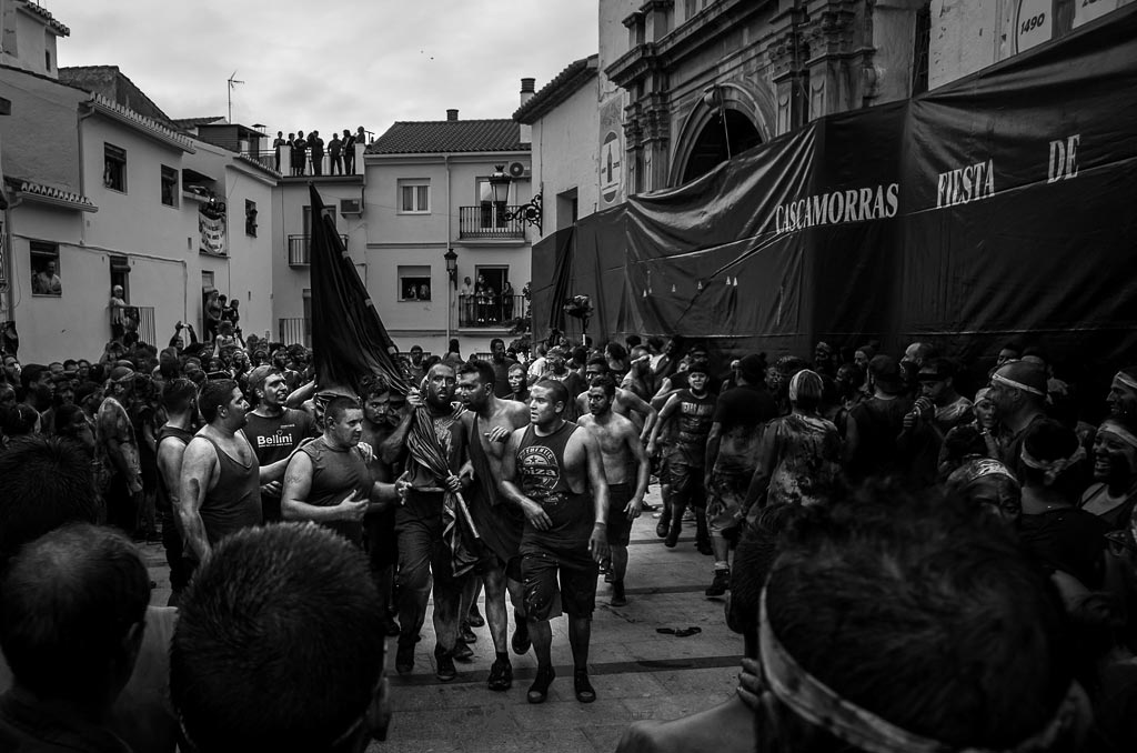 reportaje fotográfico de fiesta de cascamorras grupo de personas