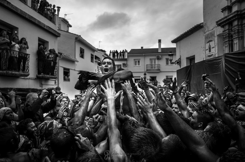 reportaje fotográfico de fiesta de cascamorras pintados de negro