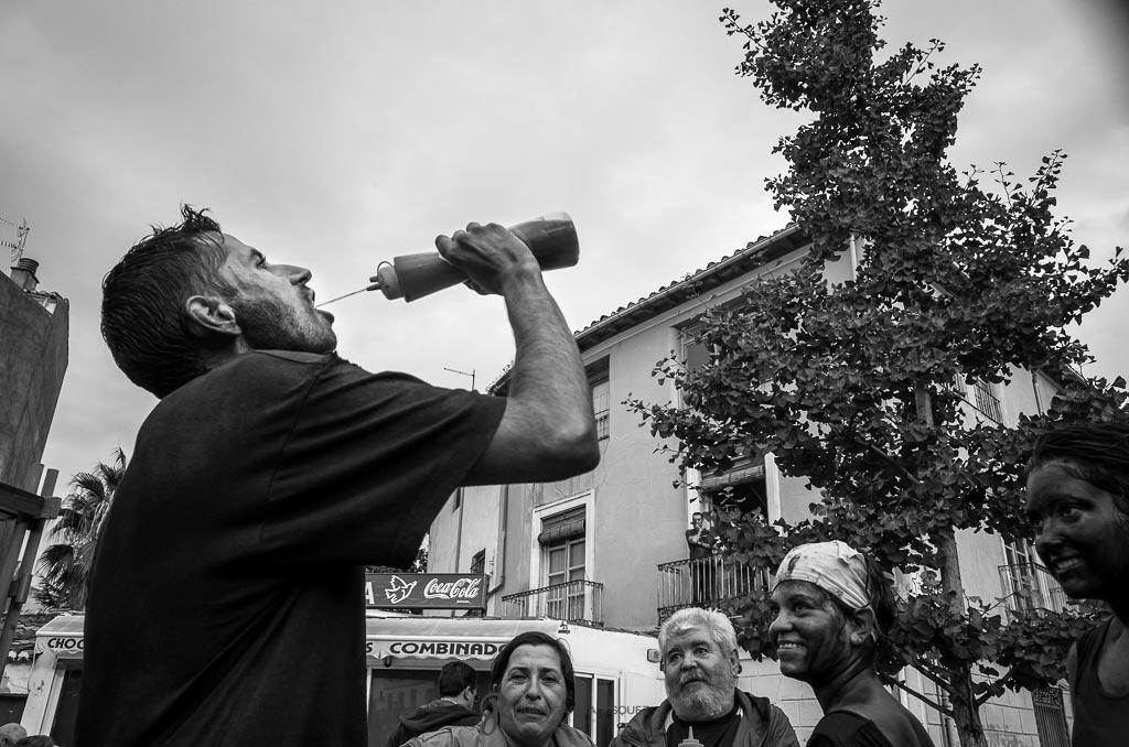 reportaje fotográfico de fiesta de cascamorras bebiendo vino