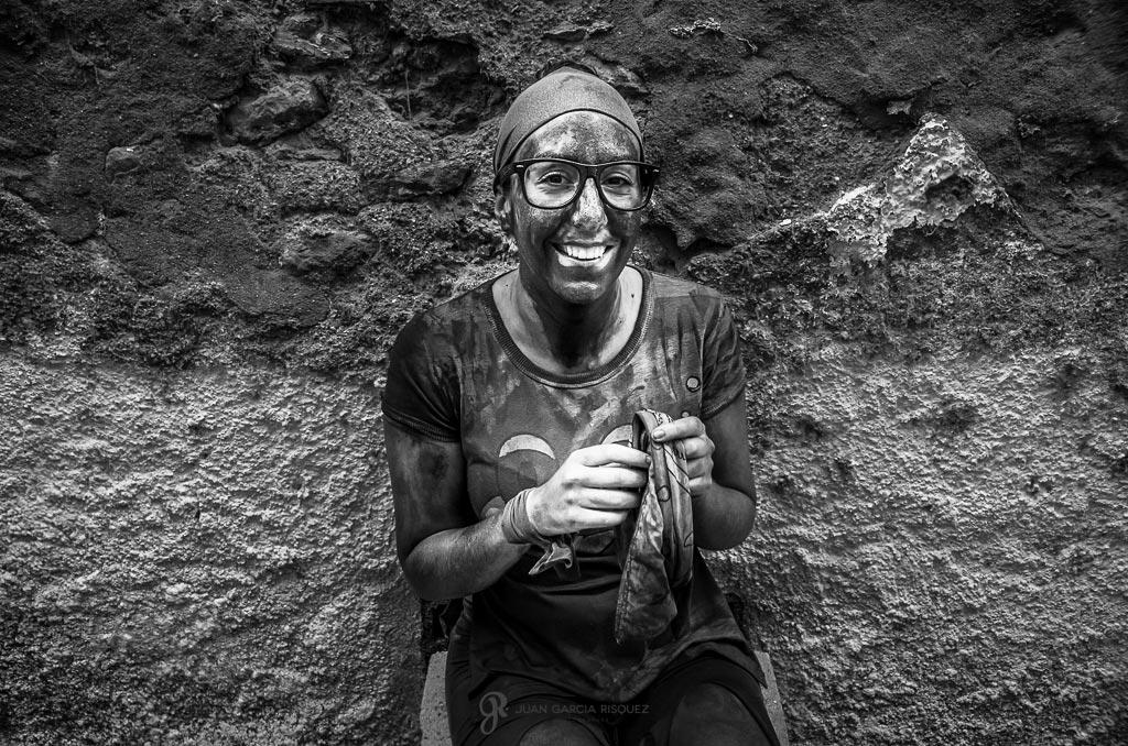 reportaje fotográfico de fiesta de cascamorras mujer sonriendo