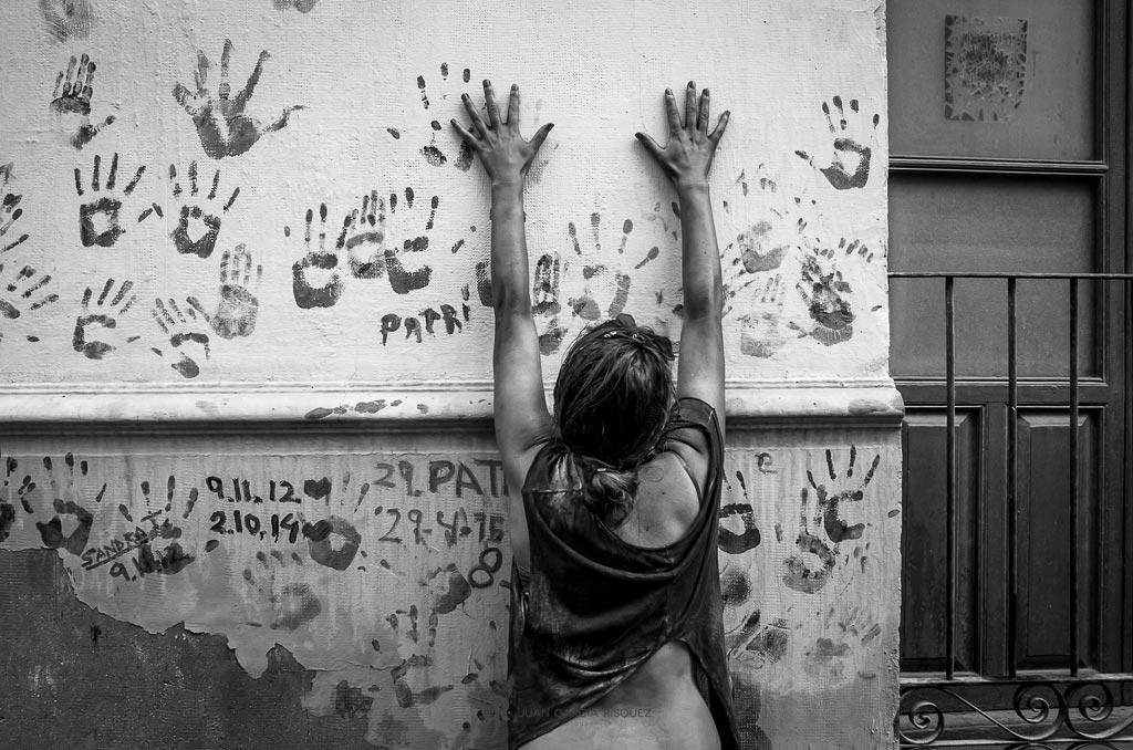 reportaje fotográfico de fiesta de cascamorras huellas de manos en pared