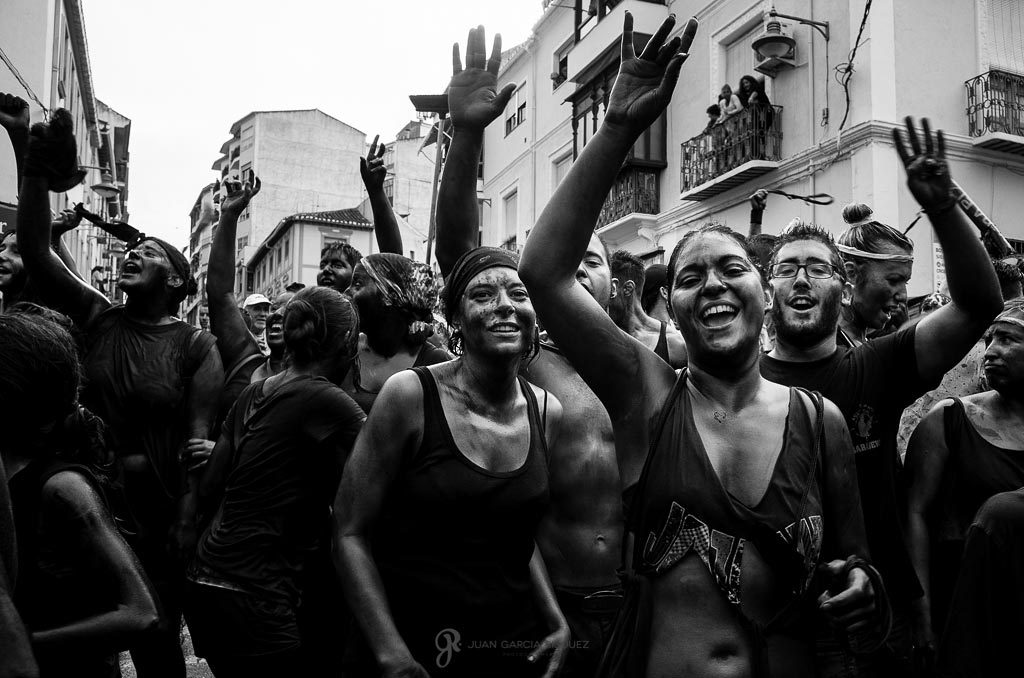 reportaje fotográfico de fiesta de cascamorras manos arriba llenos de pintura