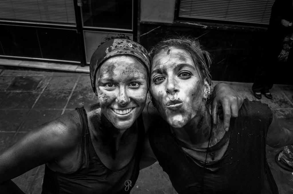 reportaje fotográfico de fiesta de cascamorras amigas beso a la camara