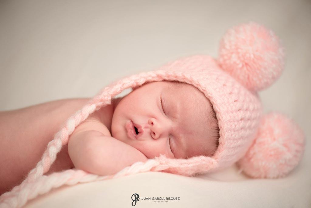 reportaje fotografico de bebe recien nacido con gorrito rosa de lana