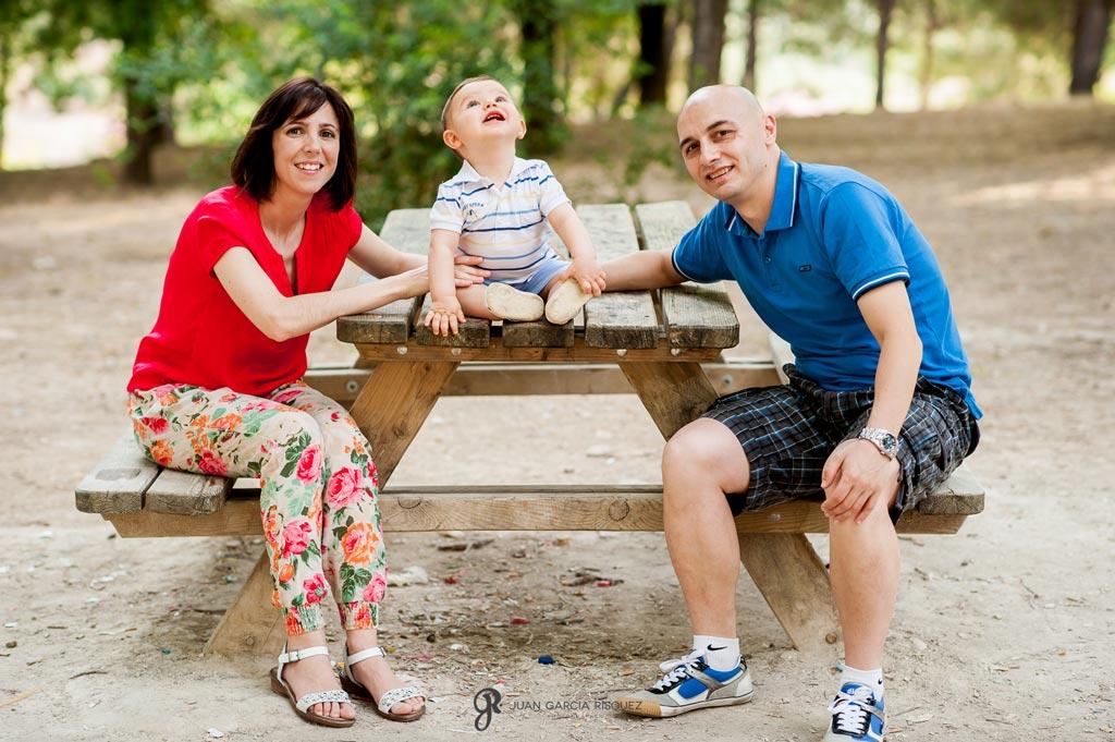 reportaje de fotos divertidas en familia en merendero en el campo