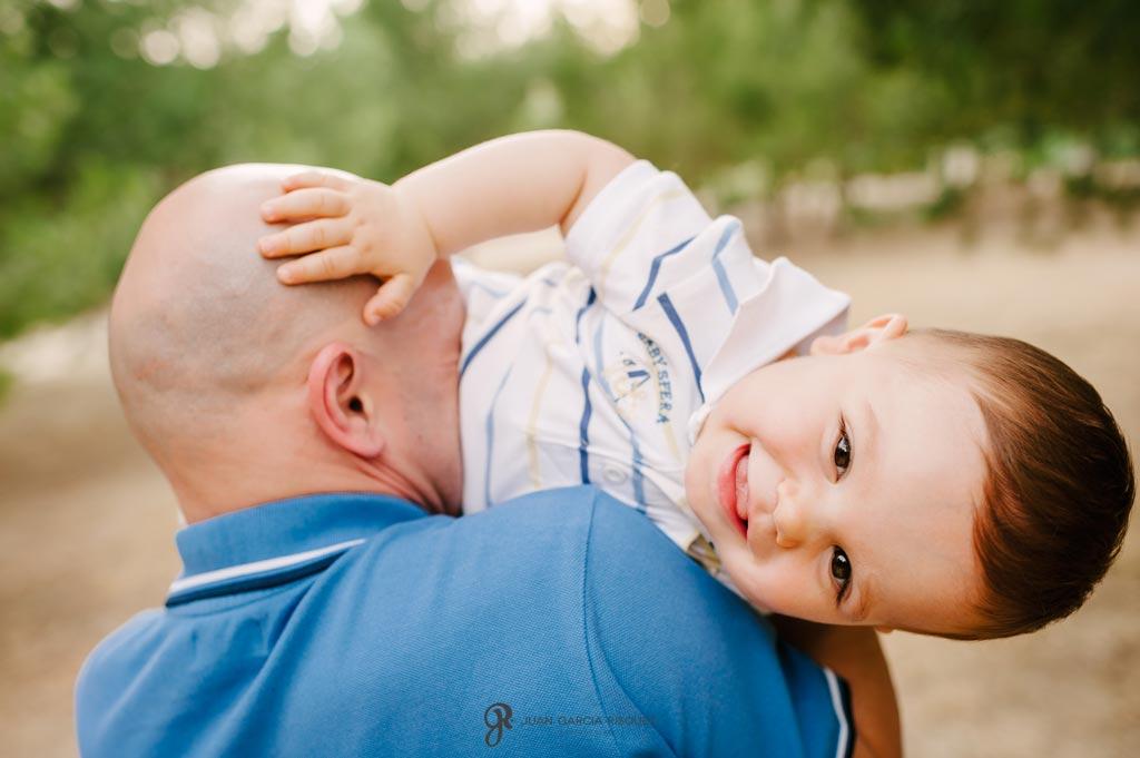 reportaje de fotos divertidas en familia padre hace reir a su bebé