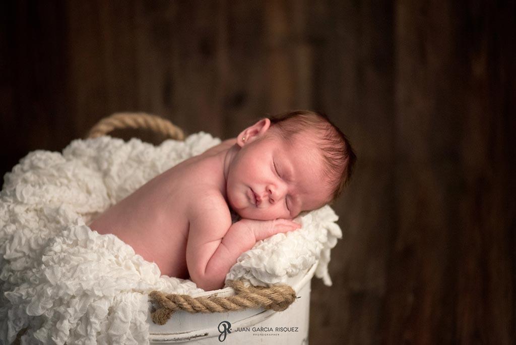 reportaje de fotos en estudio de Jaen de bebe recien nacido
