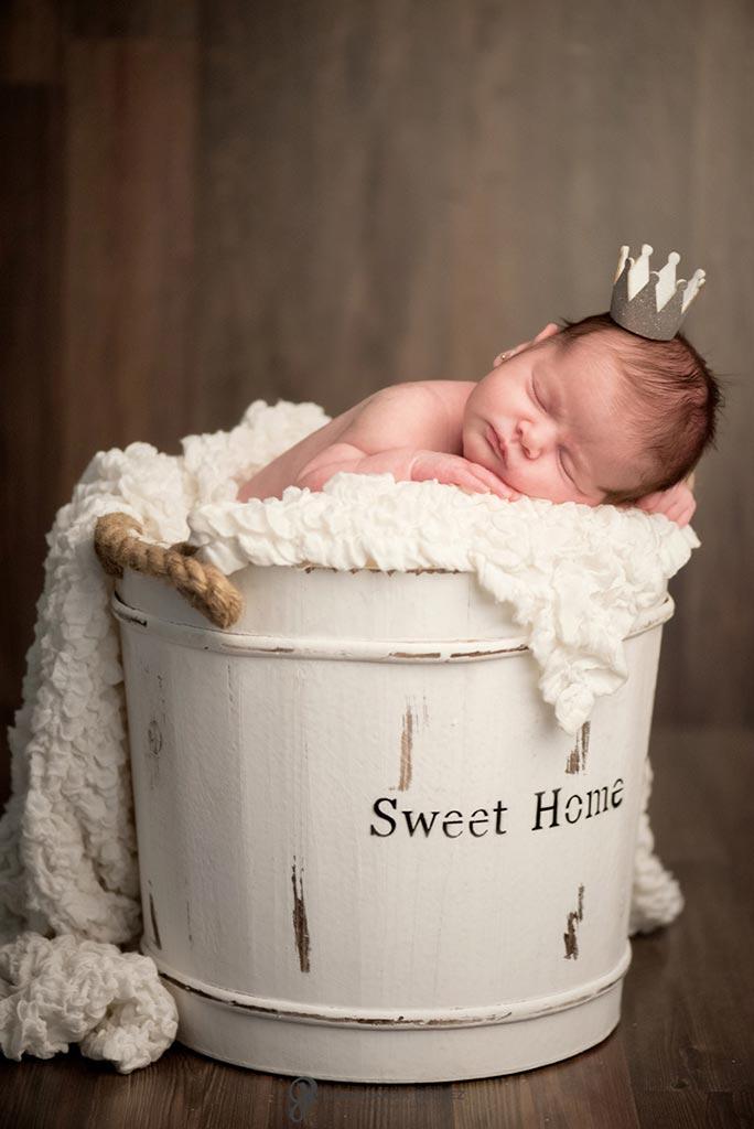 reportaje fotografico de bebe recien nacido con corona de principe