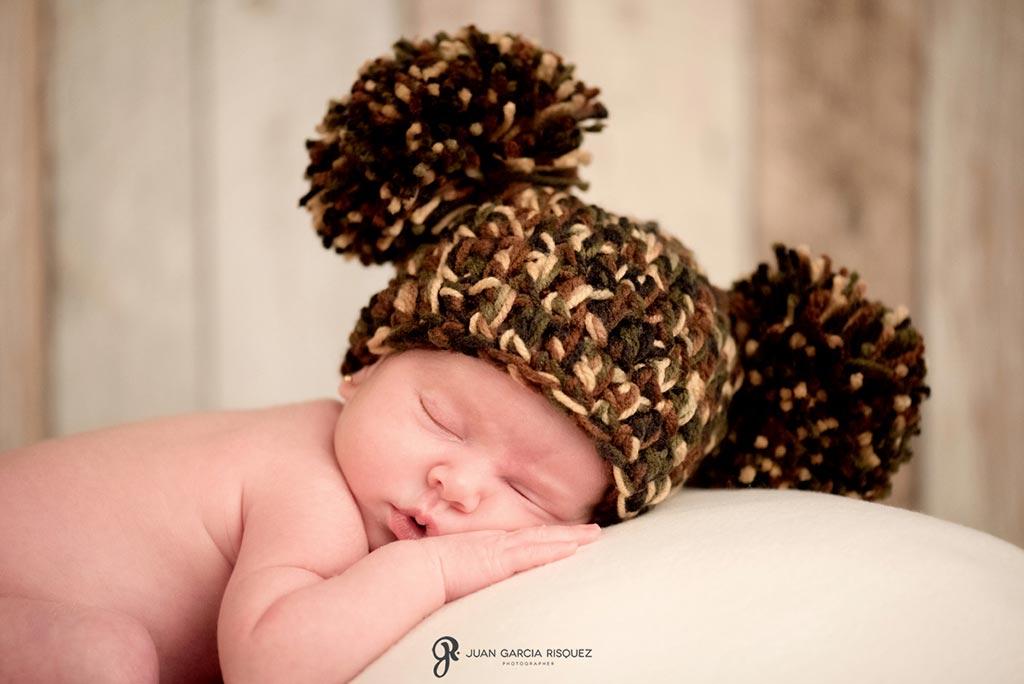 reportaje fotografico de bebe recien nacido con gorro de lana con orejas