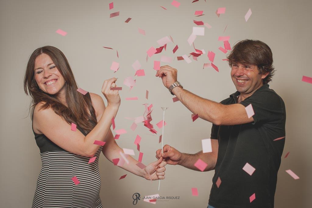 reportaje de fotos de embarazo globos y confeti