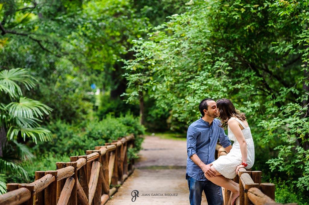 reportaje de fotos diferente para preboda beso en puente