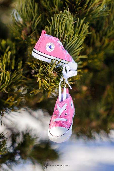 reportaje de fotos de embarazo en la nieve colgar zapatillas