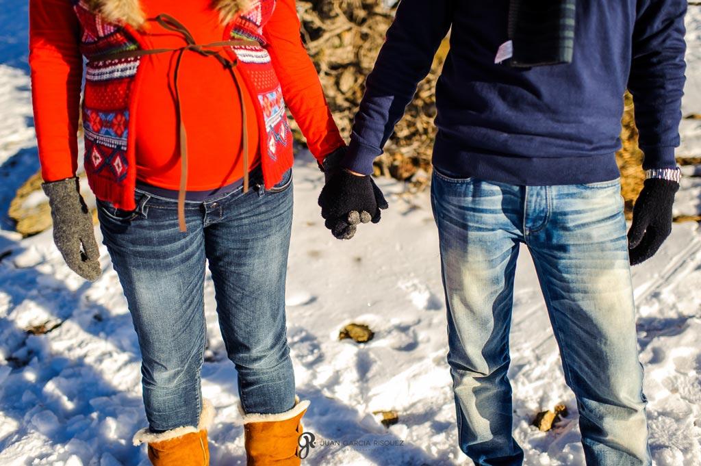 reportaje de recuerdo de embarazo cogiendo la mano