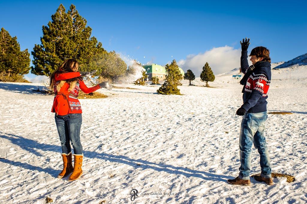 reportaje fotográfico de embarazo jugando en la nieve