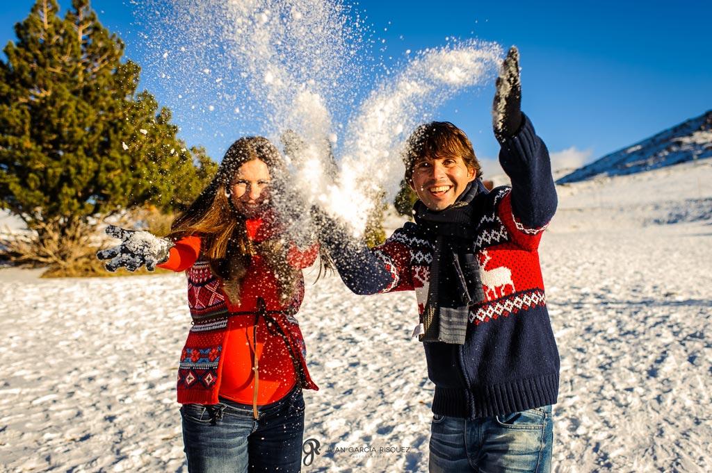 reportaje fotográfico de recuerdo de embarazo lanzando nieve
