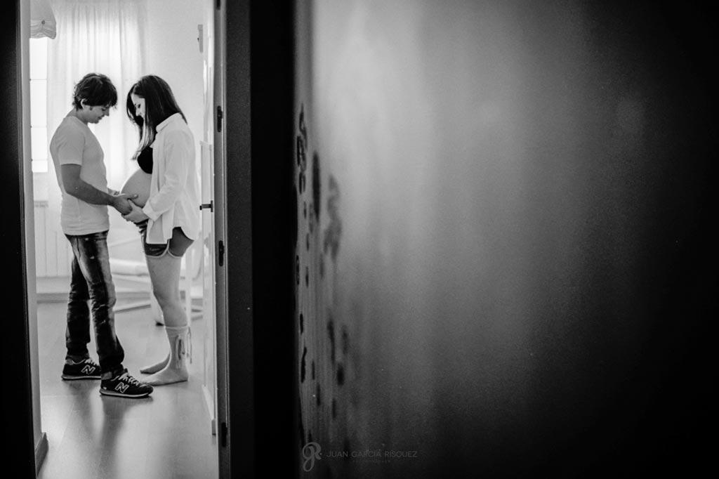 reportaje de fotos marido le toca la barriga a su mujer embarazada