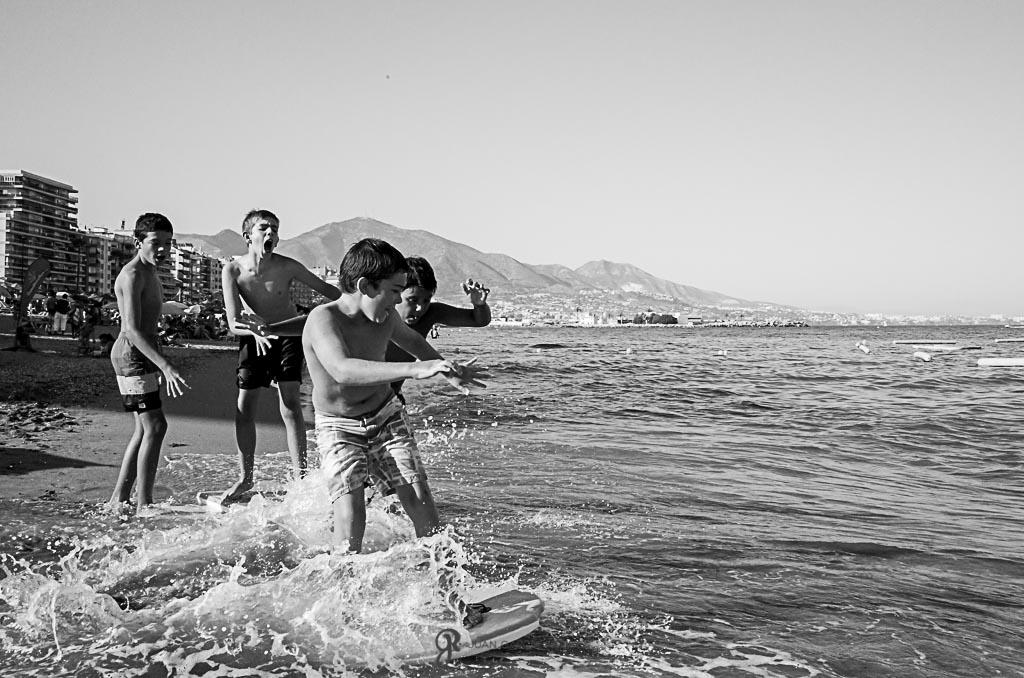 Fotos de niños riéndose en la playa con la Ricoh GR