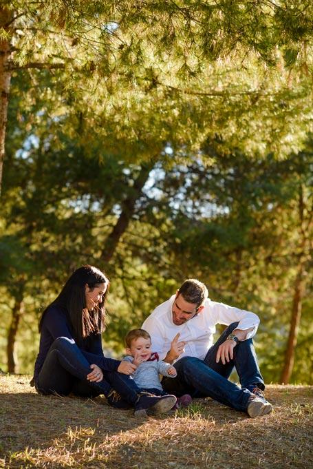 reportaje de fotos divertidas en familia jugando en el campo