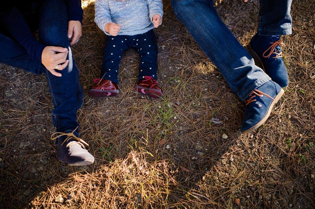 reportaje de fotos divertidas en familia pies en el campo