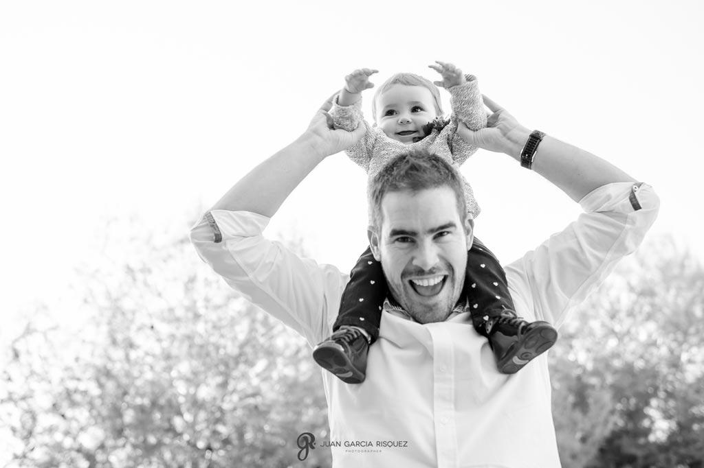 reportaje de fotos divertidas en familia padre juega con bebé