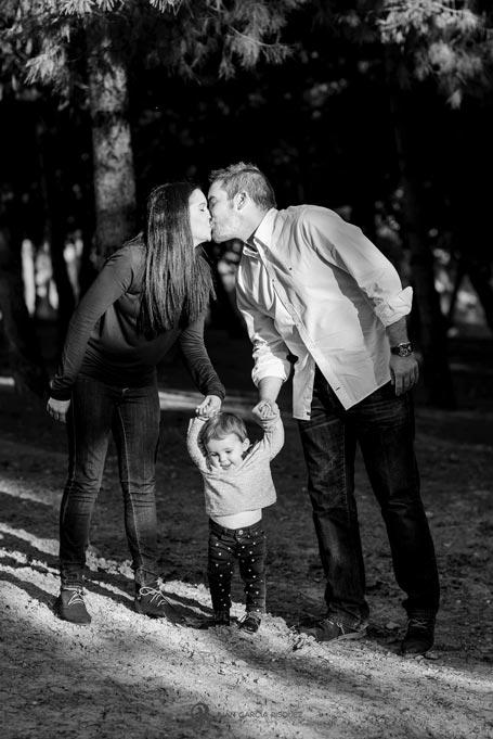 reportaje de fotos divertidas en familia los padres se besan
