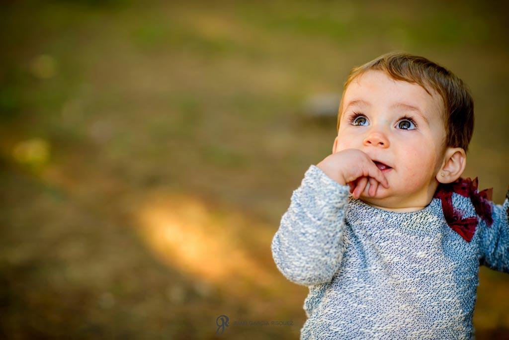 reportaje de fotos divertidas en familia bebé caminando