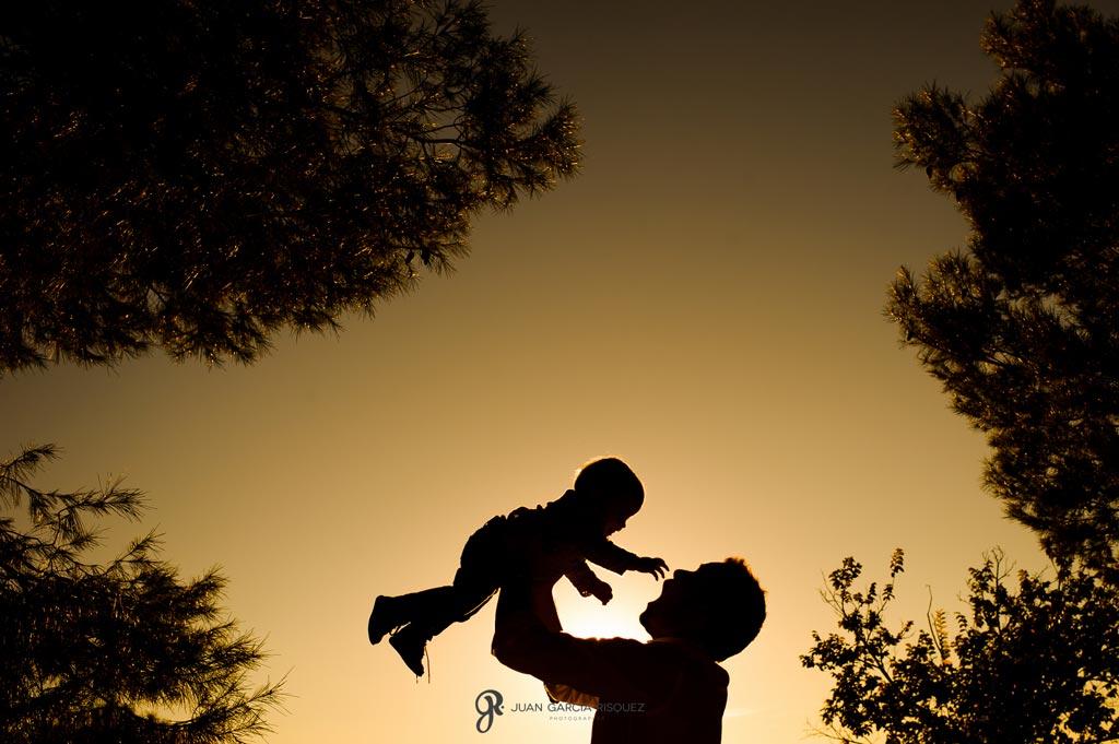 reportaje de fotos divertidas al aire libre en familia